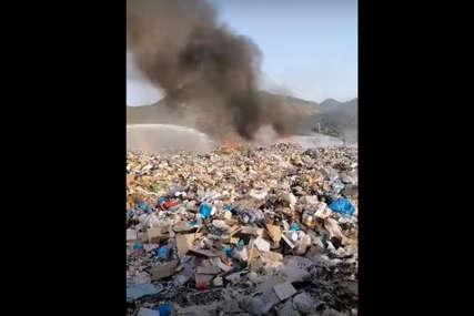 Požar na području deponije kod Trebinja: Vatrogasci sprečavaju širenje vatre (VIDEO)