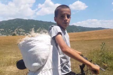 """""""Od njega će sutra biti pravi čovjek"""" Dječak na leđima vuče 12 kilograma vune u vreći vezanoj kanapom (VIDEO)"""