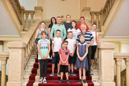 """""""Podrška pronatalitetnoj politici"""" Gradonačelnik ugostio mališane iz višečlanih porodica"""