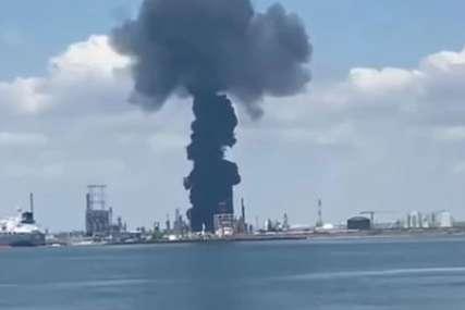 VELIKA EKSPLOZIJA U RAFINERIJI Širi se gust dim na obali Crnog mora, poginula jedna osoba (VIDEO)