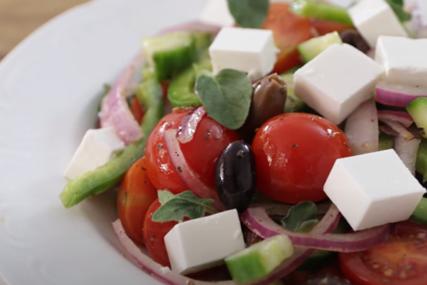 """UŽIVAJTE U ORGINALNOM RECEPTU Grčka salata koja će vas """"raspametiti"""" ovog ljeta"""