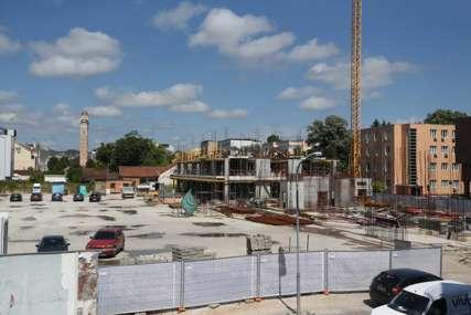 """Gradnja u """"rupi"""" nezaustavljiva: Građani očekivali zeleni trg u centru, a dobijaju šestospratnicu"""