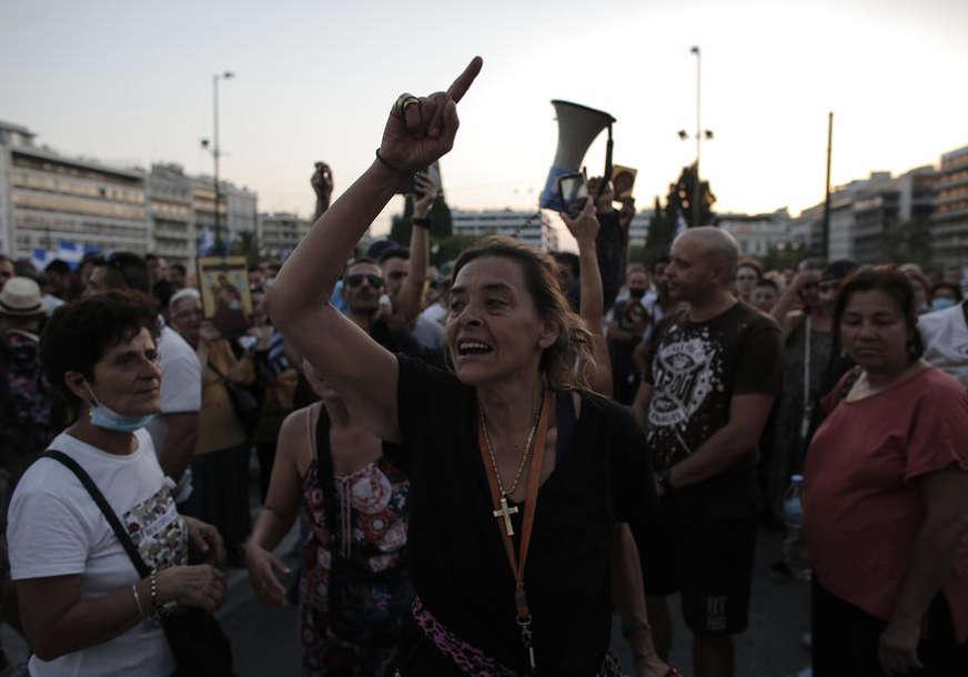 Sukobi policije i demonstranata u Atini: Suzavac i vodeni top rastjerali antivaksere