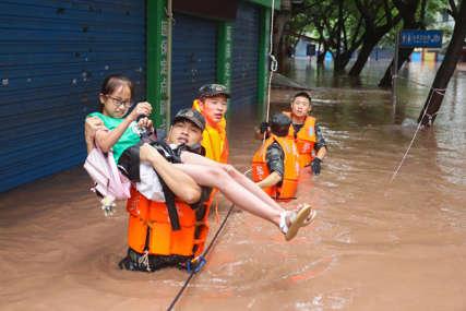 Obilne padavine napravile haos: Velike poplave u centralnom dijelu Kine, pukle dvije brane  (VIDEO)
