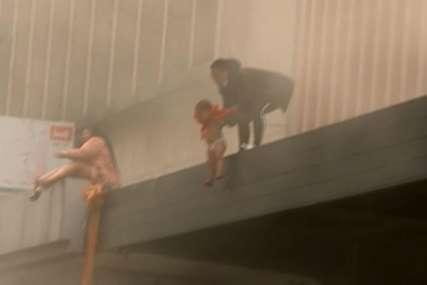DRAMATIČNA SCENA Majka bacila dijete sa balkona zapaljene zgrade (VIDEO)