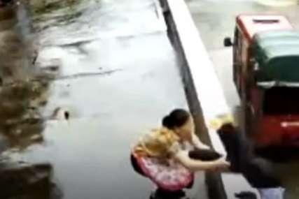Trenutak dijelio od tragedije: Djevojka zamalo pala sa zgrade, majka je u posljednjem momentu uhvatila za nogu (VIDEO)