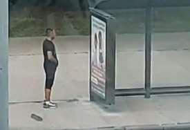 Manijak snimljen na autobuskoj stanici: Masturbirao posmatrajući prolaznice (VIDEO)