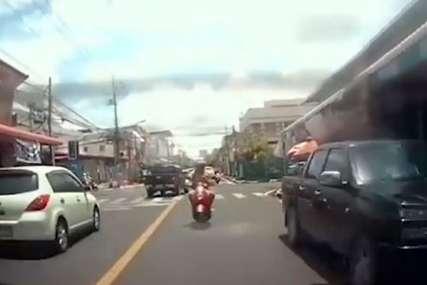 Vozio motor i GLEDAO U TELEFON: Vozač na teži način shvatio zašto je to zakonom zabranjeno (VIDEO)