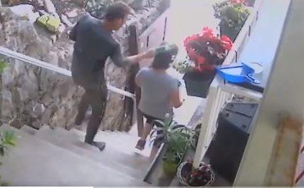 """""""Nakon što je pala na pod, počeo je udarati rukama i nogama"""" Muškarac brutalno napao dvije žene u Splitu (UZNEMIRUJUĆI VIDEO)"""