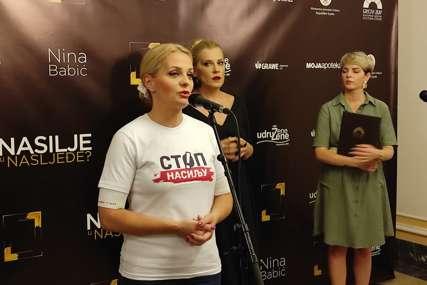 """Šalje snažnu poruku svim žrtvama: Otvorena izložba Nine Babić """"Nasilje u nasljeđe"""" (FOTO)"""