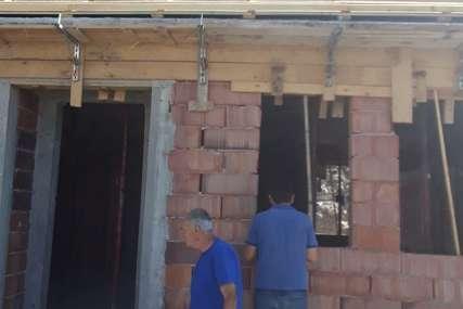 Počela obnova kuća izgorjelih u požaru početkom juna: Dvije porodice iz Gacka do jeseni u novim domovima