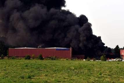 Na terenu vatrogasci i policija: U Brčkom gori fabrika za proizvodnju plastike