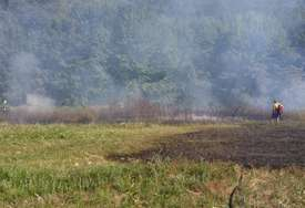 POŽAR KOD GACKA Selo Šume vatrogasci brane od vatre