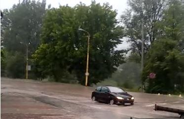 Obilna kiša izazvala poplave u Žepču i Vitezu: Otežan saobraćaj (VIDEO)