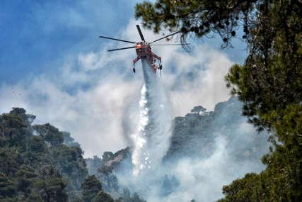 VJETAR RASPIRUJE VATRU Angažovan helikopter na gašenju požara u Kupresu