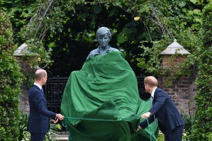NA DAN ROĐENJA Prinčevi Vilijam i Hari otkrili kip princeze Dajane (VIDEO)
