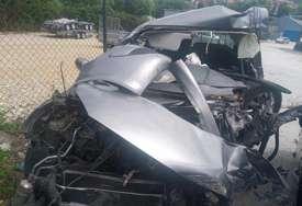Jeziv prizor na mjestu nesreće: Automobil u kom je stradala žena potpuno uništen, na putu vidljivi tragovi udesa (VIDEO, FOTO)