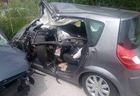 Detalji jezive nesreće: Automobil podletio pod autobus, žena poginula, a njeni muž i sin teško povrijeđeni