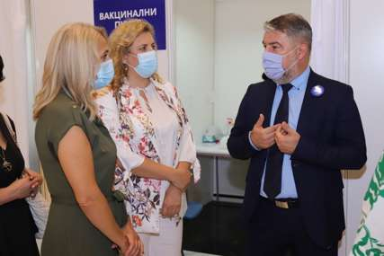 "Šeranić zadovoljan organizacijom ""Cilj je da vakcinišemo 2.000 građana dnevno"" (FOTO)"