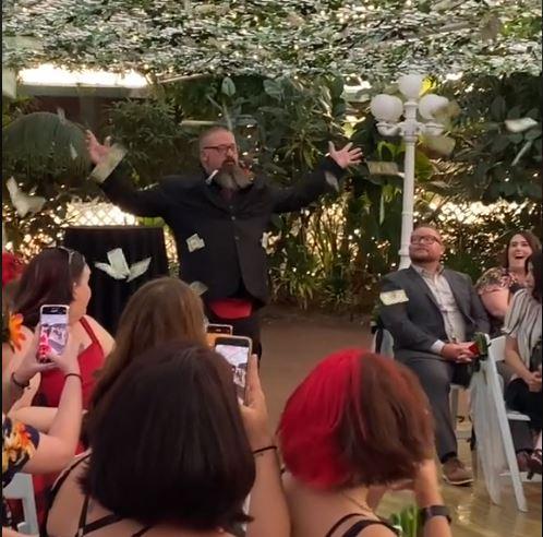 Gosti na vjenčanju se sigurno nisu žalili: Umjesto djevojčice koja baca cvijeće pojavio se muškarac sa dolarima (VIDEO)