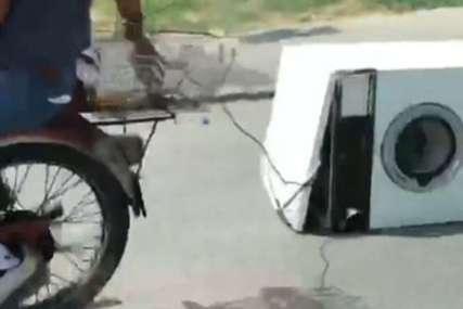 Nevjerovatna scena na ulici: Vezali konopcem veš mašinu, pa je motorom VUKLI PO PUTU (VIDEO)