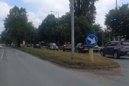 Nepropisna i opasna vožnja banjalučkim ulicama: Pogrešno se isključio sa kružnog toka, pa NAPRAVIO HAOS (VIDEO)