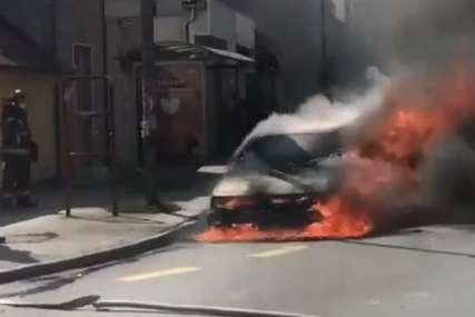 AUTOMOBIL U PLAMENU Vatra progutala vozilo za par minuta, vozač pukom srećom preživio (VIDEO)
