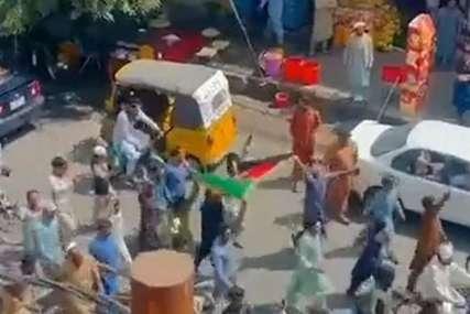 NOVI HAOS Narod izašao na ulice sa avganistanskim zastavama, talibani demonstrirali kako će surovo ugušiti svaku pobunu (VIDEO)