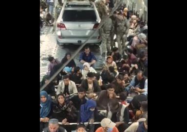 Mogli su spasiti još 50 ljudi: Hiljade Avganistanaca čeka da odlete iz Kabula, a neko je uspio da u avion ukrca automobil (VIDEO)