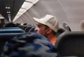 Drama u avionu: Hvatao stjuardese za grudi, stjuard ga selotejpom zalijepio za sjedište (VIDEO)