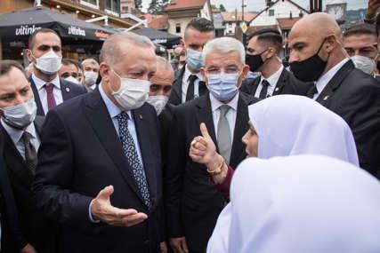 Aplauzi i slikanje ispred džamije: Stotine građana na Baščaršiji dočekalo Erdogana (VIDEO)