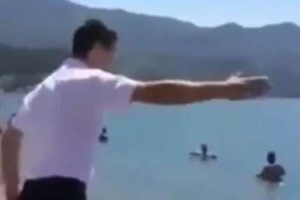 """""""Prava seljačina! Njegovi su i plaža i sunce i voda, možda?"""" Snimak iz Crne Gore i dalje ne da mira ljudima na društvenim mrežama (VIDEO)"""