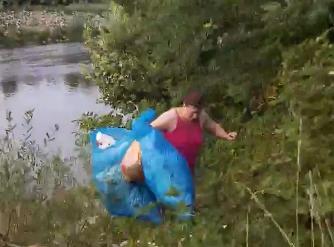 """""""JA ĆU VAS NAUČITI"""" Očitao lekciju ženi iz dijaspore i natjerao je da pokupi smeće koje je bacila u rijeku (VIDEO)"""