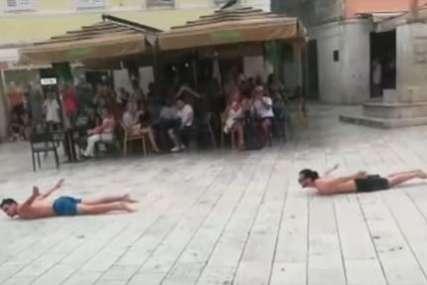"""""""Najluđi grad na svijetu i okolini"""" Tri momka se bacala na pod i klizala po kiši (VIDEO)"""