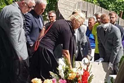 SAHRANJEN MIROSLAV LAZANSKI Supruga u suzama spustila crvenu ružu na grob, scena koja će rasplakati i najsnažnije (FOTO, VIDEO)