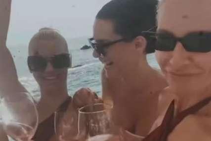 Provode se kao da sutra ne postoji: Lijepu Natu udarilo piće, skinula se sa sestrom na putovanju (VIDEO)