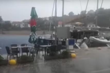 Hrvatsku pogodilo veliko nevrijeme: Vjetar obarao drveće i rušio krovove (VIDEO)