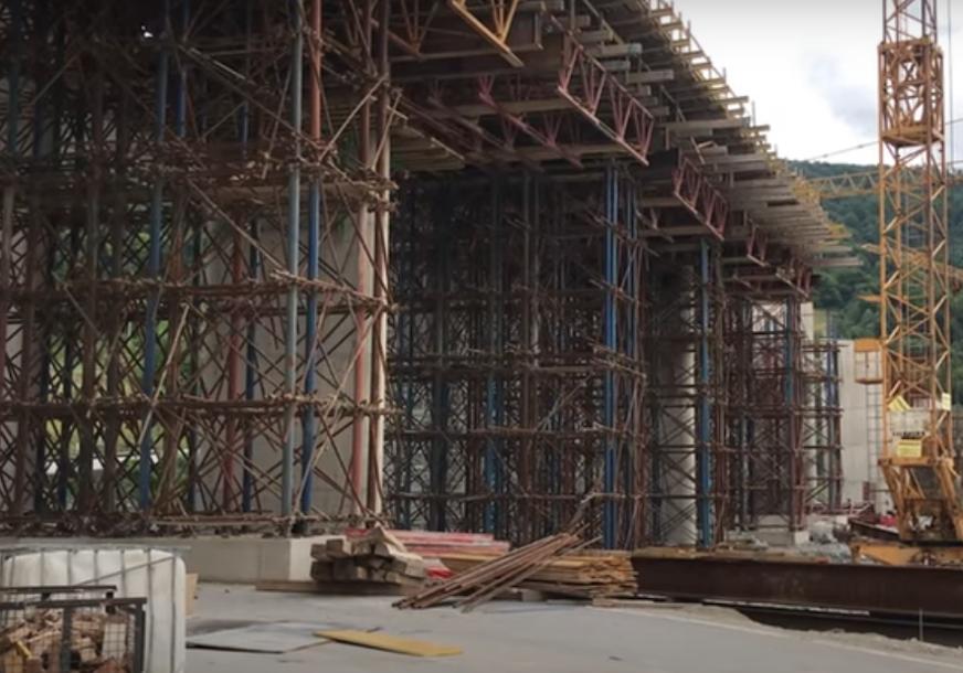 DETALJI NESREĆE NA GRADILIŠTU Radnik na koridoru 5C pao s mosta kada se otkinula oplata (VIDEO)