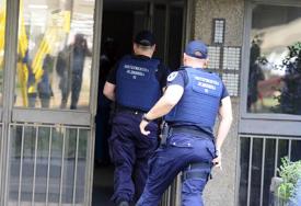 Uhapšeni zbog oružja i narkorika: Bježali od policije, zakucali se u banderu pa prijetili pištoljem