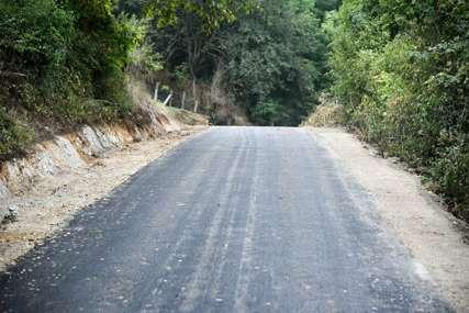 Mještani očekuju da bude riješen i problem vodosnabdijevanja: Završeno asfaltiranje jednog dijela puta u zaseoku Preradi (FOTO)