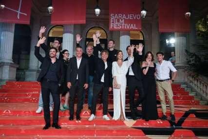 """Ekipa filma """"Toma"""" na crvenom tepihu Sarajevo film festivala: Tamara prošetala zanosni dekolte, a evo kako se sredila Milena Radulović (FOTO)"""