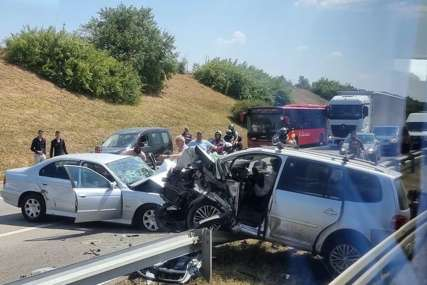 Stravična nesreća na auto-putu: Povrijeđeno čak 12 osoba, od kojih su VEĆINA DJECA, saobraćaj potpuno obustavljen (FOTO)