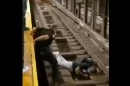 Spas u posljednji čas: Policajac izvukao muškarca sa šina par sekundi prije nego što je naišao voz (VIDEO)