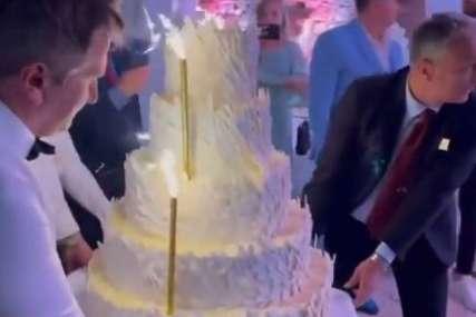 Brojne zvanice prisustvuju svadbi: Pogledajte kako je izgledala svadbena torta na vjenčanju Jasmine Izetbegović (VIDEO)