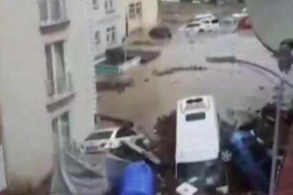Nakon požara u Turskoj, STRAVIČNE POPLAVE: Bujica nosila automobile i uništila kuće, ima mrtvih (VIDEO)