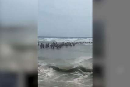 """Heroji spasili četiri života u Ulcinju """"Upozoravali su ljude cijeli dan da ne idu u dubinu, ali ne vrijedi"""" (VIDEO)"""