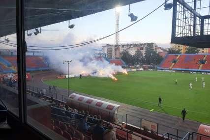 Prekid utakmice u Banjaluci: Nezadovoljni navijači Borca bacili baklje na teren (FOTO, VIDEO)