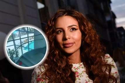 OKRUŽUJE JE SUVI LUKSUZ Anastasija ovdje plaća 2.500 evra za jedno noćenje (VIDEO)