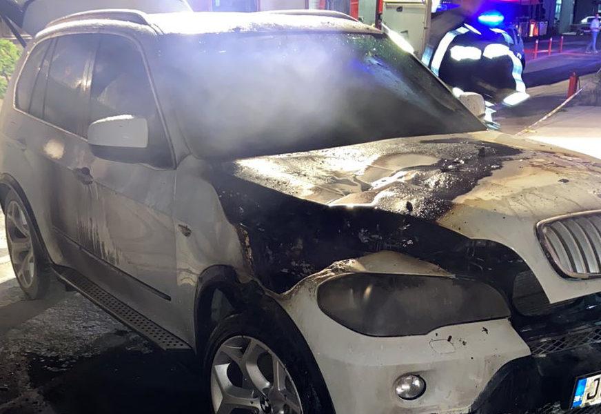 IZGORIO DŽIP U CENTRU BANJALUKE Vatrogasci spriječili širenje požara, uviđaj u toku (FOTO, VIDEO)