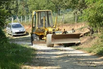 Rekonstrukcija puteva prigradskog područja: Počelo asfaltiranje lokalnog puta Preradi–Borkovići